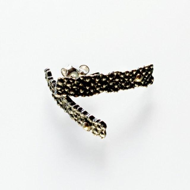 Srebrne kolczyki Płaszczka krótkie ze złotą kulką