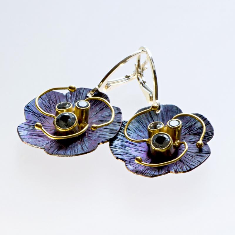 Tytanowe kolczyki Kwiaty z cyrkoniami i złotymi pręcikami