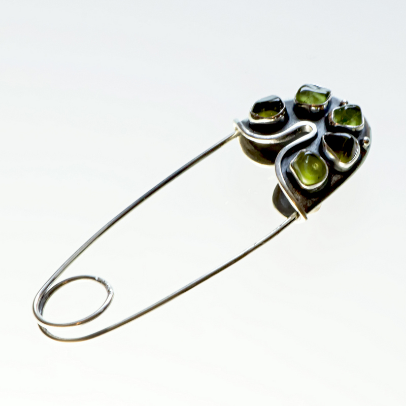 Srebrna agrafka z oliwinami