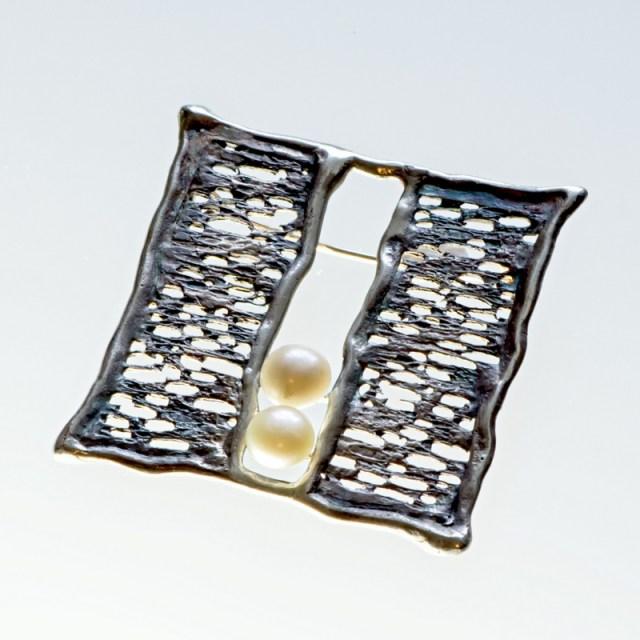 Srebrna broszka Trawiona z 2 perłami