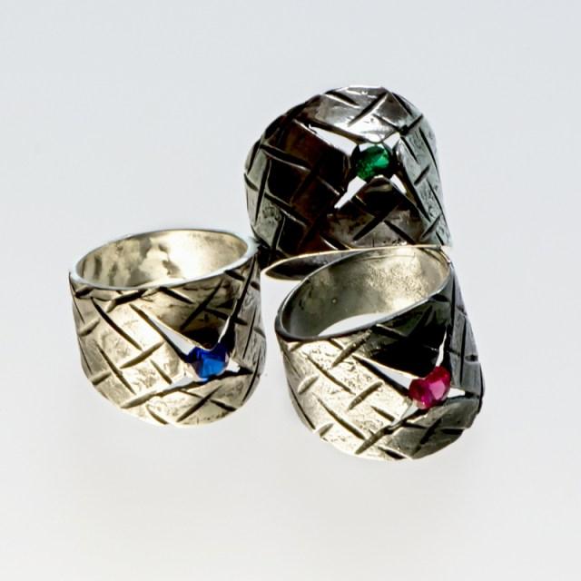 Srebrny pierścionek Wyrwa z cyrkonią