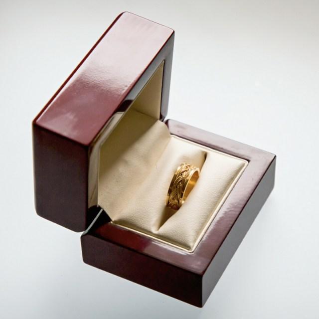 Złote lub srebrne obrączki Warkocz na tle