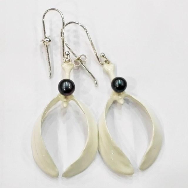 Srebrne emaliowane kolczyki Jemioła z czarną perłą