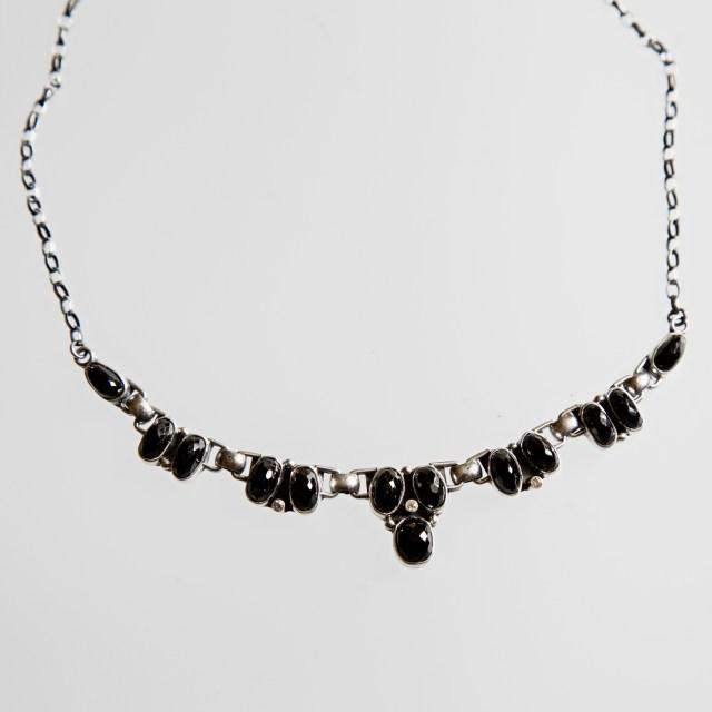 Srebrny naszyjnik z czarnym spinelem i cyrkonią