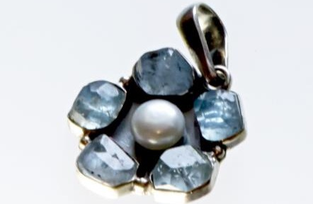 Srebrny wisior Kwiat z kamieniami naturalnymi i perłą
