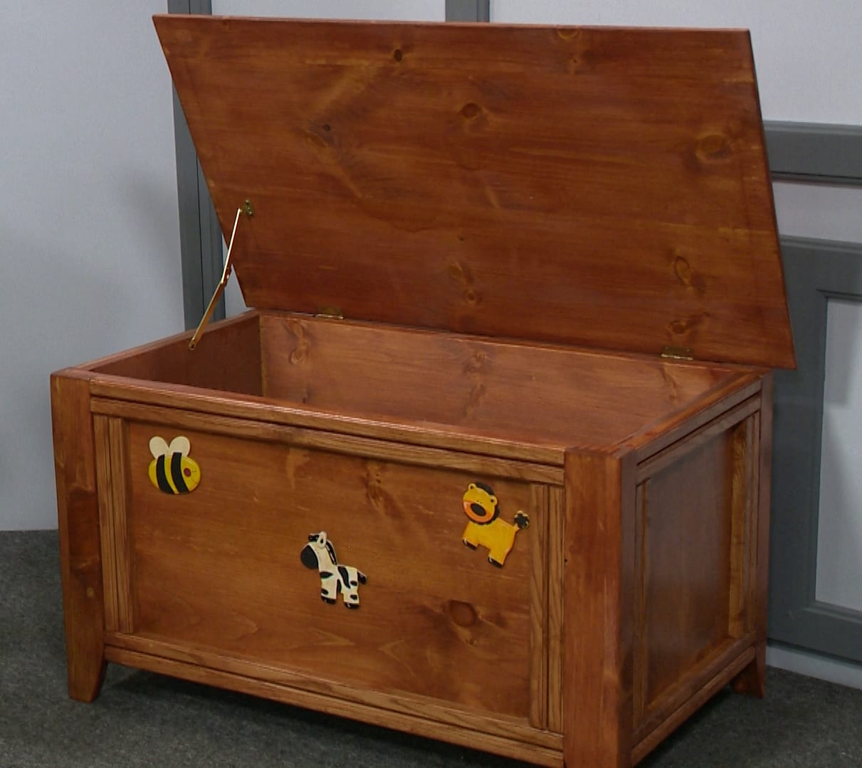 WOODEN CHEST <br/> Donated by: TURKEY HOLLOW CRAFTS, WOOD & KNITTED ITEMS <br/> Valued at: $225