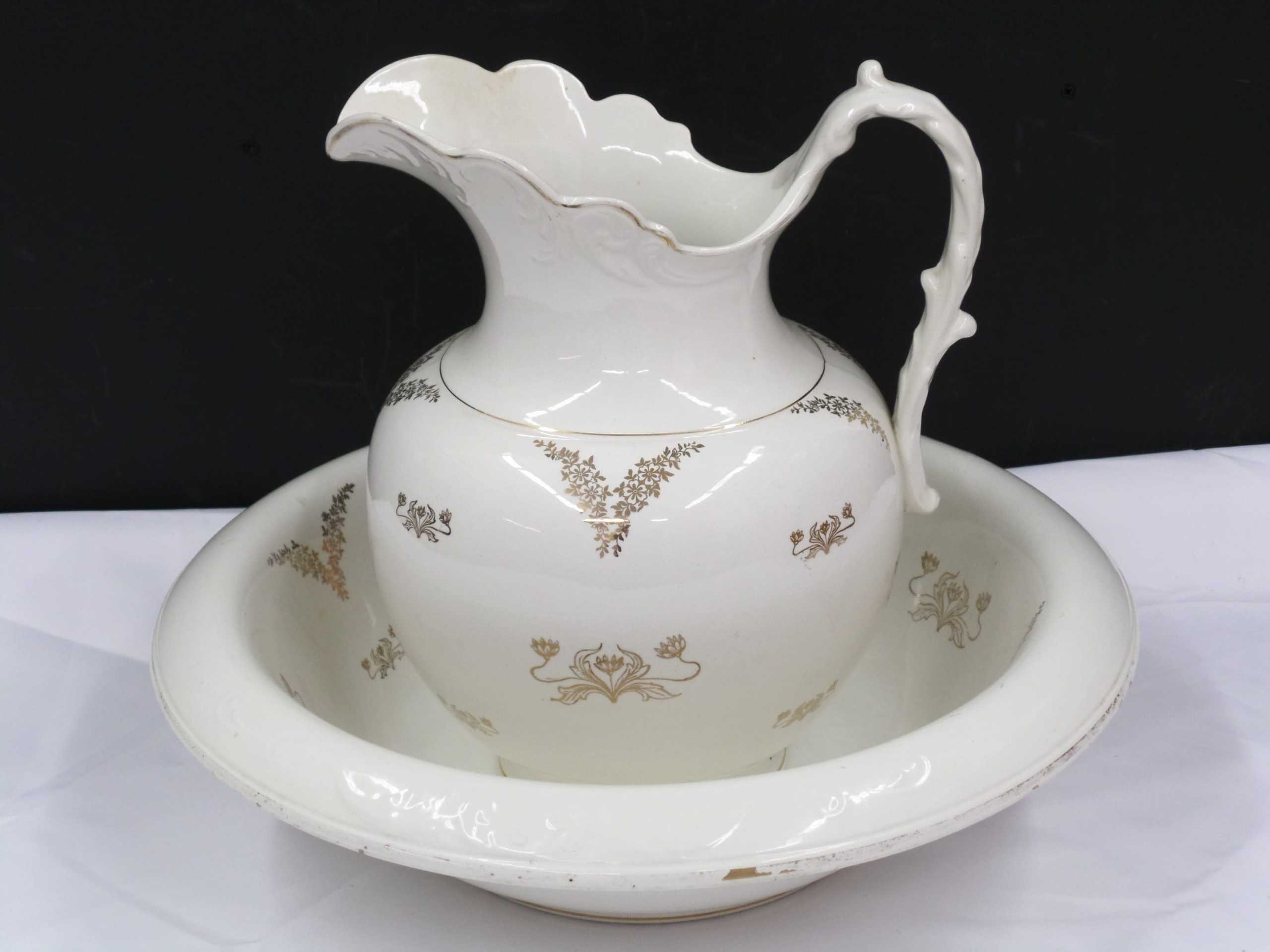 ANTIQUE PITCHER & WASH BASIN <br/> Donated by: TOM LACLAIR <br/> Valued at: $85 <br/> Buy It Now: $15