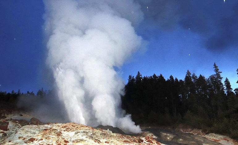 Yellowstone Geyser Eruption_1526254665165