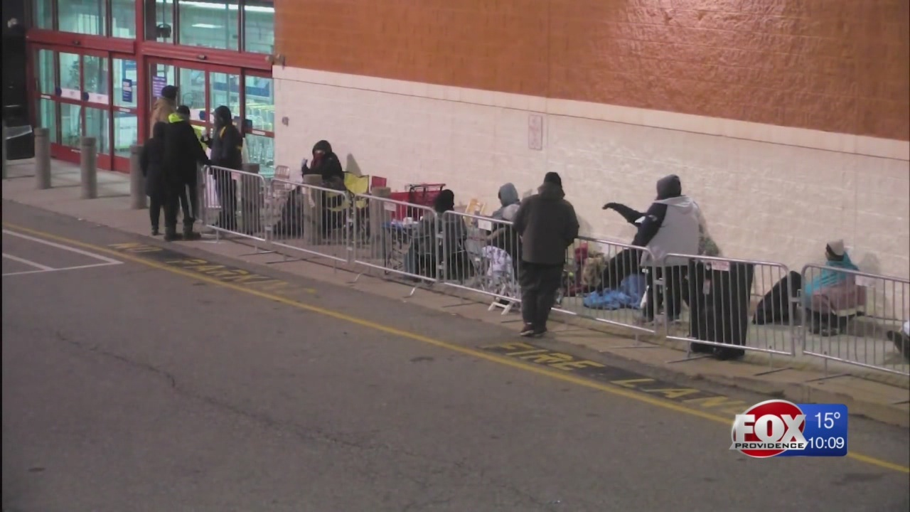 Cold doesn't stop bargain-hunters from lining up