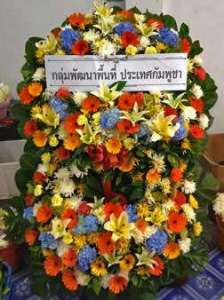 พวงหรีดดอกไม้สด แบบซ้อนกัน 2 ชั้น จาก กลุ่มพัฒนาพื้นที่ ประเทศกัมพูชา จัดส่งที่ วัดศิริพงษ์ธรรมนิมิต หรีด ณ วัด ขอร่วมแสดงความเสียใจและร่วมไว้อาลัยด้วยค่ะ