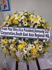 พวงหรีดดอกไม้สดสีเหลือง-ขาว สั่งโดย From Paul Shin,Vice President,Samsung C&T Corporation,South East Asia Regional HQ. จัดส่งที่ วัดหัวลำโพง  หรีด ณ วัด ขอแสดงความเสียใจต่อการจากไปของบุคคลที่มีคุณค่าของครอบครัวผู้เสียชีวิตค่ะ