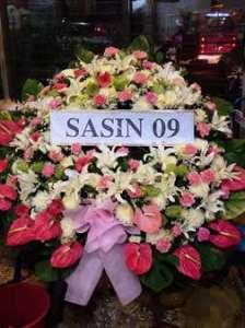 พวงหรีดดอกไม้สด โทนหวาน ร่วมไว้อาลัยโดย SASIN รุ่น 09 จัดส่งที่วัดศรีเอี่ยม หรีด ณ วัด ขอแสดงความเสียใจต่อครอบครัวผู้เสียชีวิตด้วยนะคะ