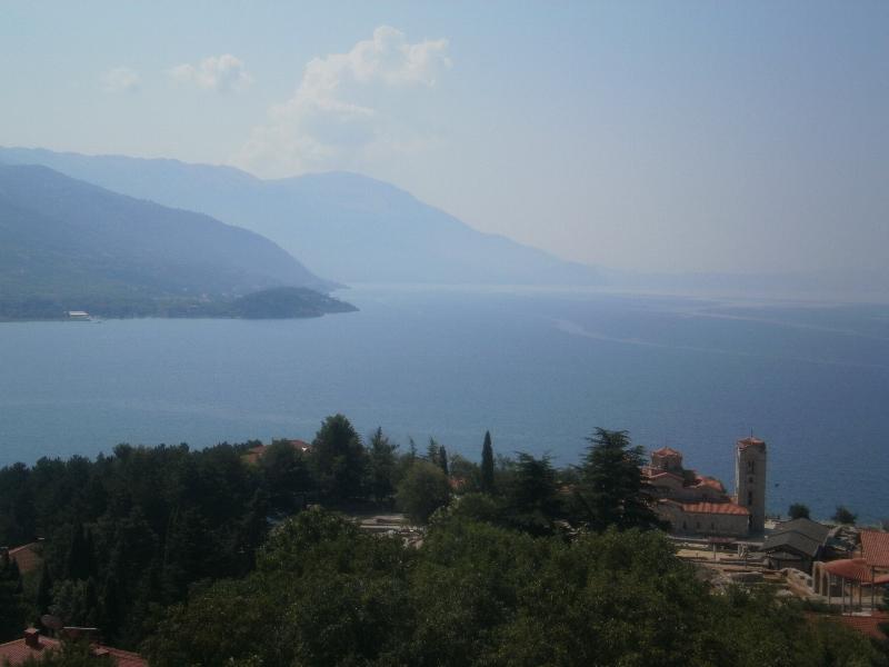 Jezioro Ochrydzkie i jego dwa brzegi