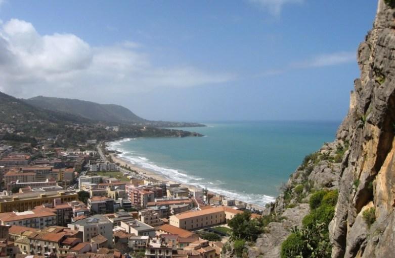 Cefalu – sycylijska wioska u podnóża skały