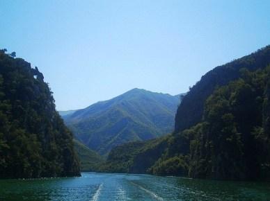 Rejs po jeziorze Komani