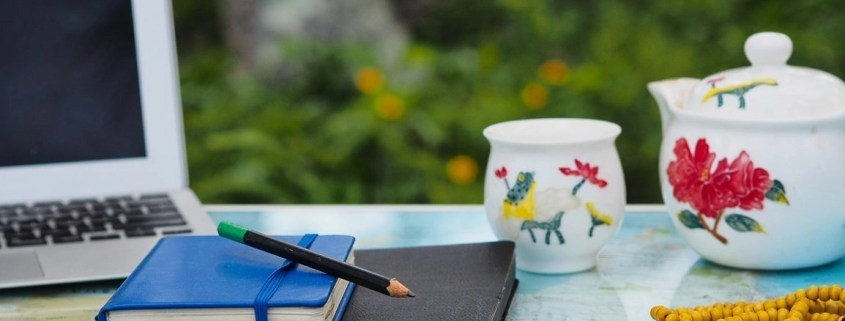5 writing prompts to declutter your head for more clarity & joy