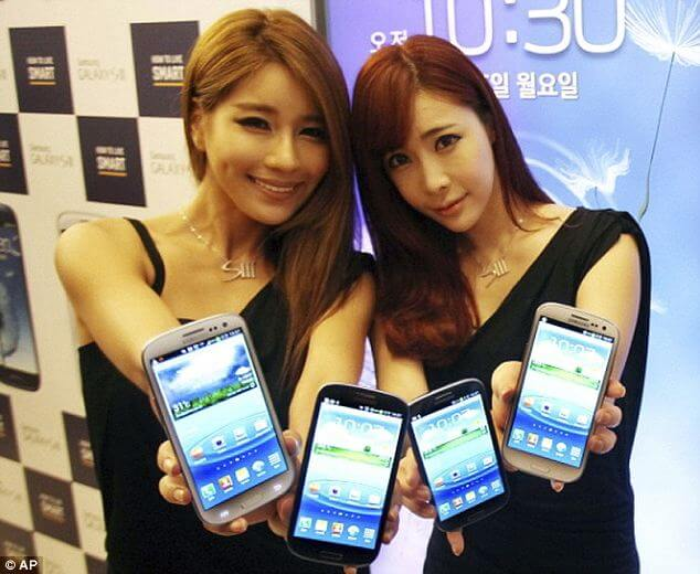 Samsung Girls with phone