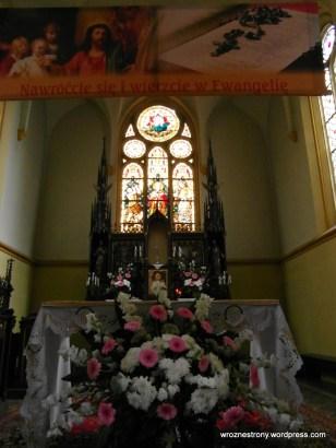 Witraże za ołtarzem w kościele św. Wojciecha