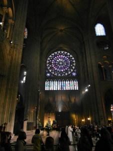 Imponujące wnętrze katedry Notre-Dame