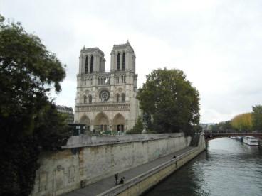 Widok na katedrę Notre-Dame znad rzeki