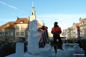 Hiszpanie tworzą rzeźbę lodową