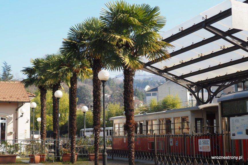 Zabytkowy tramwaj wjeżdżający na wzgórze Superga w Turynie