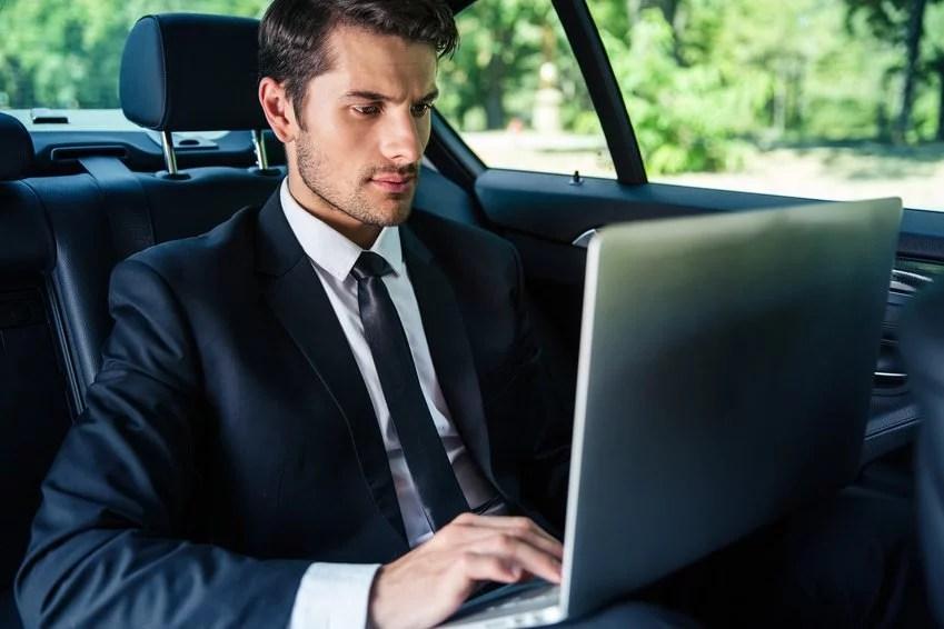 Entrepreneur sur internet qui travaille depuis son véhicule