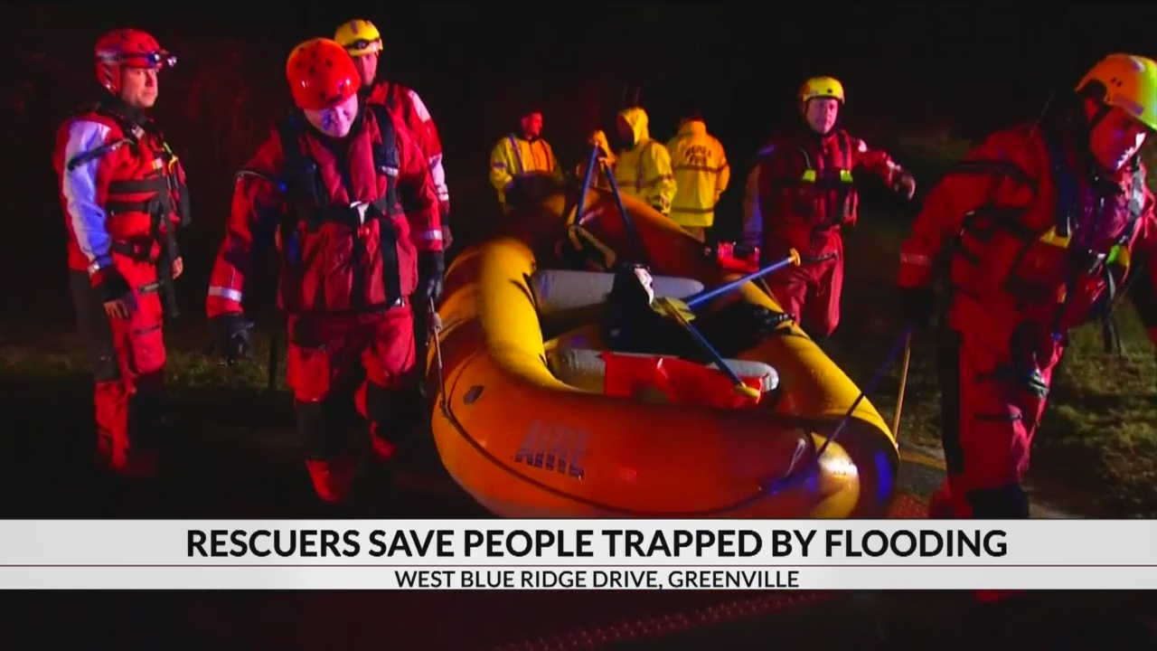 Rescuers_save_people_trapped_by_flooding_0_20181113171501