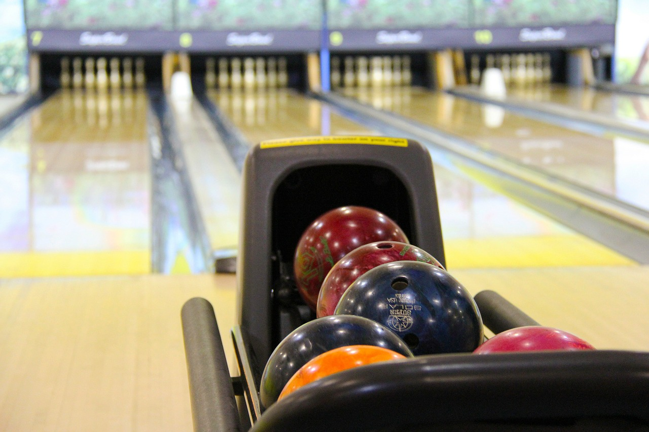 https://pixabay.com/photos/bowling-colorful-bowling-balls-237905/