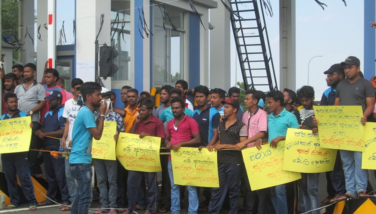 Striking Magampura port workers on picketline in Sri Lanka