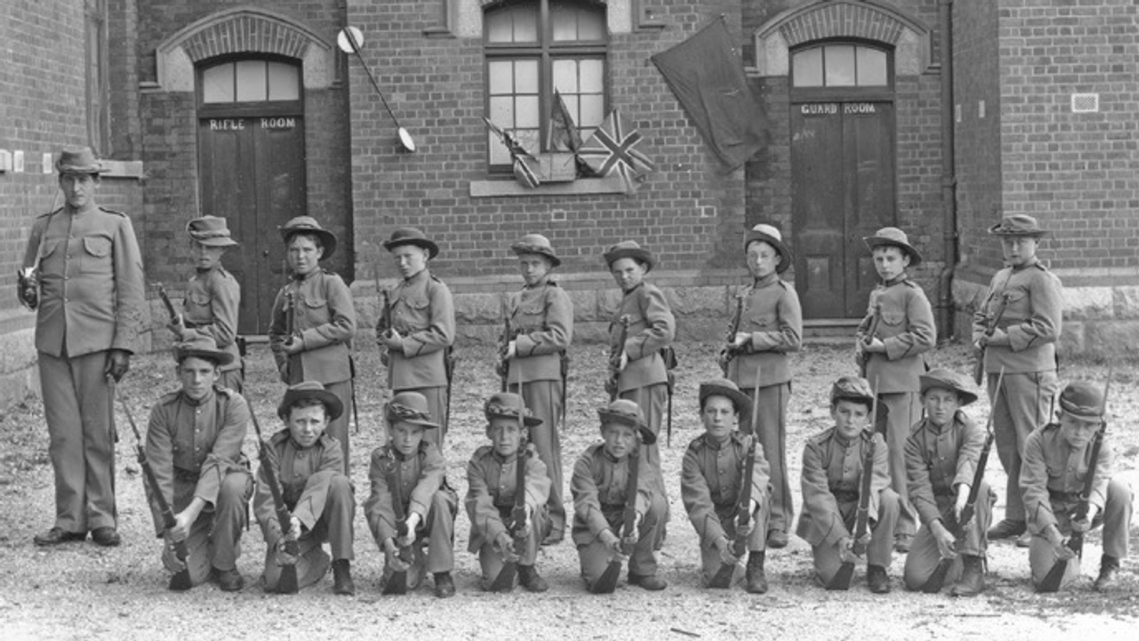 Beechworth State School cadets. Photo courtesy Beechworth Primary School and Max Waugh