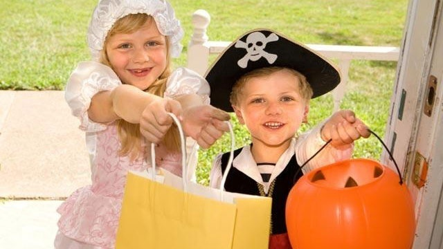 halloween-trick-or-treaters-candy-jpg_166248_ver1-0_13866376_ver1-0_640_360_554493