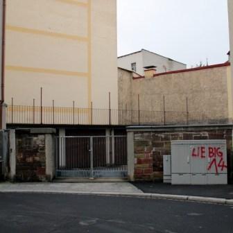 Ich habe in Würzburg selten so eine triste Wand wie diese in der Kartause gesehen. Wobei: es kommt noch schlimmer...