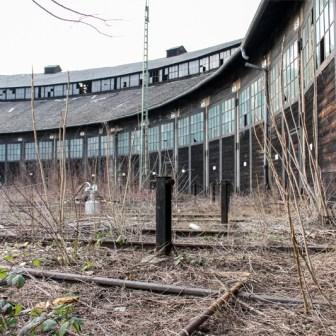 """Der Lokschuppen """"Haus 3"""" im März 2011. Schon damals war er viele Jahre nicht mehr in Benutzung."""