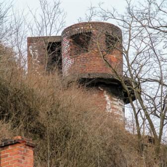 Oberhalb des Bahnbetriebswerks befindet sich direkt am Stadtring gelegen, diese alte Bunkeranlage aus dem Zweiten Weltkrieg. Wahrscheinlich diente das Gebäude zur Luftabwehr bei feindlichen Fliegerangriffen.