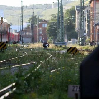 Blick in die Ferne über alte Gleisanlagen.