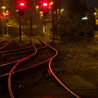"""Das Bahnbetriebswerk """"BW 1"""" in Würzburg bei Nacht."""