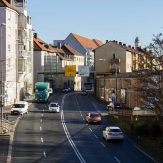 """Das verkehrstechnische """"Nadelöhr"""" des Stadtteils ist ohne Frage die Grombühlstraße als Verlängerung des Stadtrings (früher auch als """"Nordtangente"""" in Würzburg bekannt)."""