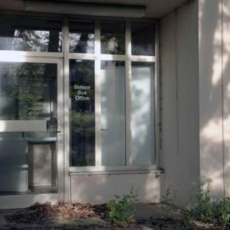 """Das ehemalige Gebäude des """"School Bus Office"""" - verwildert und verlassen."""