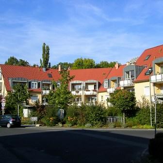 Ein moderner Neubau aus dem Jahr 1998 ersetzte die Ende der 1990er Jahre abgerissenen Vierer-Reihenhäuser der Kettelerstraße 1/3/5/7.
