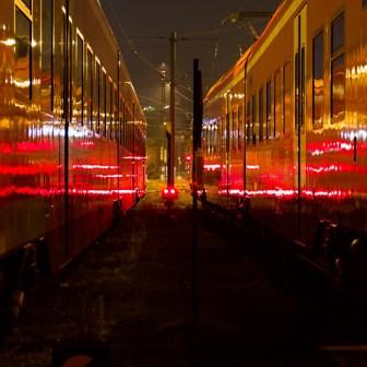 """""""Leuchtende Züge"""" nachts im Bahnbetriebswerk Würzburg."""
