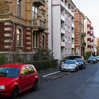 Gegensätzlicher als hier in der Huttenstraße kann Architektur wohl kaum sein...