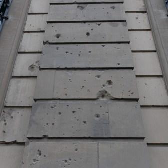Das Juliusspital an der Juliuspromenade. Teile der Gebäudefront enthalten auch heute noch diverse Schäden von Sprengbomben oder Schusswechseln.