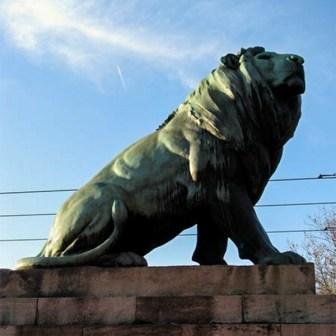 Einer der vier stolzen Löwen auf der Luitpoldbrücke (Löwenbrücke).