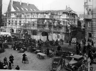 Wiederaufbau des historischen Falkenhauses am Marktplatz. Heute befindet sich im Gebäude die Stadtbücherei und die Touristeninformation der Stadt.