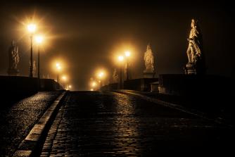 Nebelnacht auf der Alten Mainbrücke