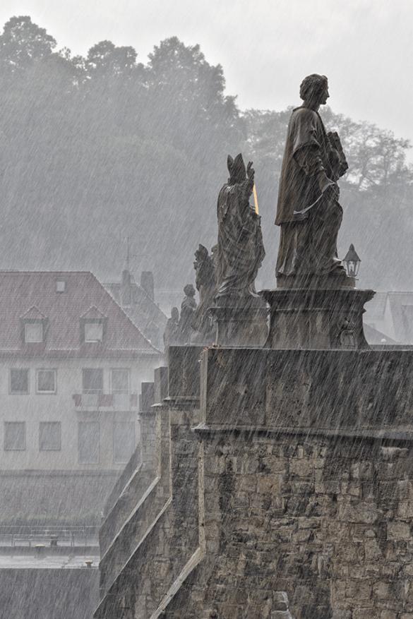 Heiligenfiguren im Regen