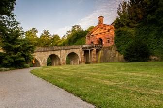 Über den Weg durch das ehemalige Landesgartenschaugelände erreicht man das Neutor. Es gehört zu den äußeren Befestigungsanlagen am Nordhang des Marienbergs und wurde 1650 errichtet.