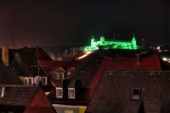 Die Festung Marienberg in grün und mit einer Aids-Schleife auf dem Festungsberg bei der Aktion 2012.