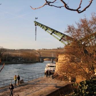 Alter Kranen in Würzburg an einem schönen Februartag.